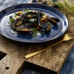 zweifarbige Essteller aus Steingut schwarz matt-dunkelblau glänzend