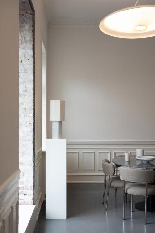 Beleuchtung - Tisch- und Stehlampen - Tischleuchte Eight over eight mit Marmorsockel und Baumwoll Schirm von Louise Roe