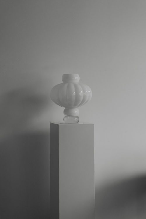 Wohnaccessoires - Vasen - große Ballon Vase No 3 mit Sockelopal weiß