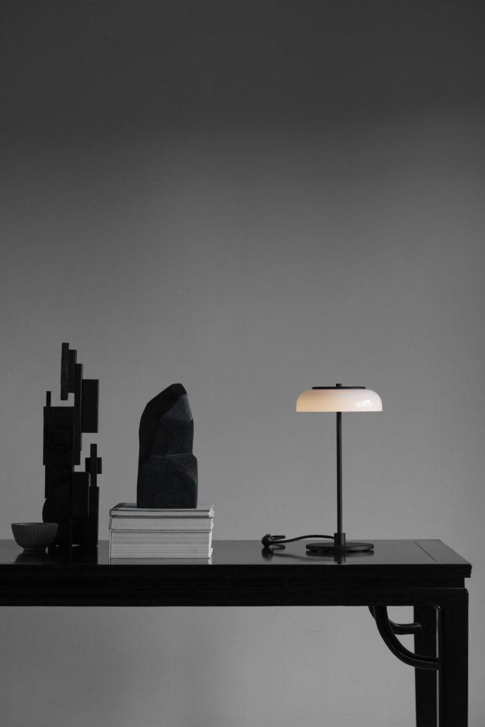 Blossi Tischlampe mit LED schwarz opal weiß nuura