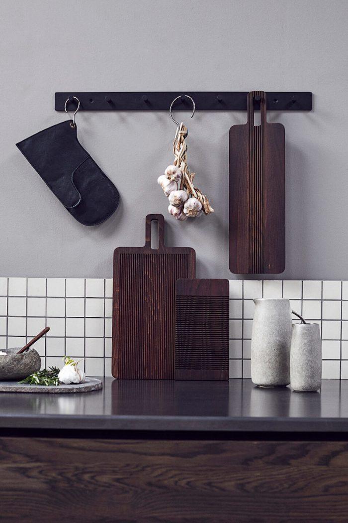 Küche: Brot Schneidebrett Yami aus dunklem Eschenholz von muubs