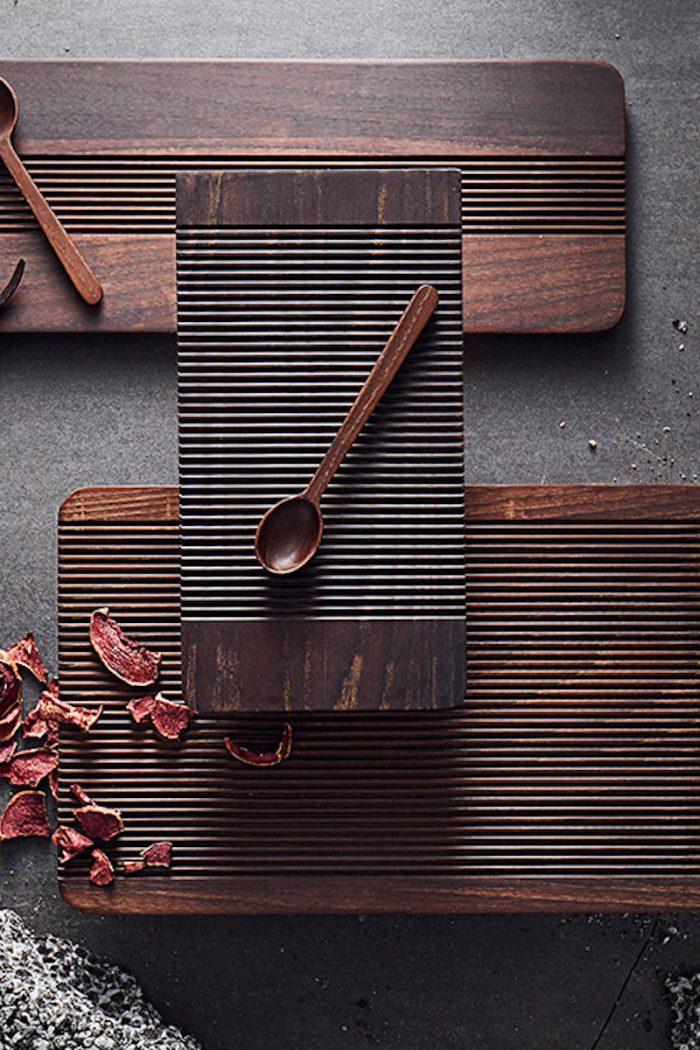 Küche: kleines Schneidebrett Yami aus dunklem Eschenholz von muubs