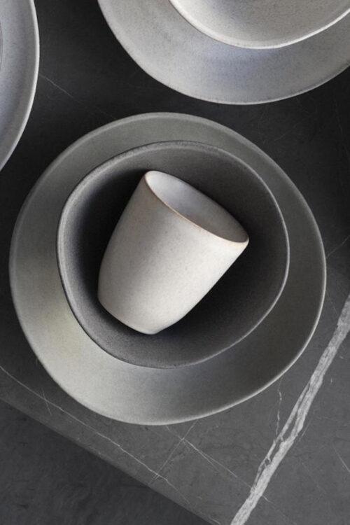 Geschirr: Becher ohne Henkel aus Steingut weiß von Klassik Studio Copenhagen