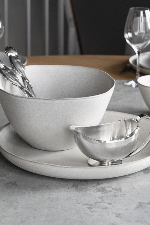 Geschirr: rundes Serviertablett aus Steingut weiß von Klassik Studio Copenhagenvon