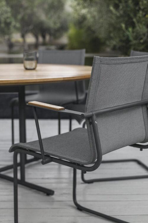 Outdoor - Sway Swing Stuhl von Gloster freischwingender Armlehnenstuhl
